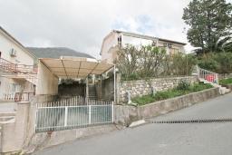 Фасад дома. Продается 2-х этажный дом в Тивате. 120м2, участок 310м2, 3 спальни, парковочное место, большая терраса, цена - 187'000 Евро. в Тивате