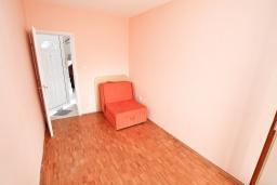 Спальня. Продается 2-х этажный дом в Тивате. 120м2, участок 310м2, 3 спальни, парковочное место, большая терраса, цена - 187'000 Евро. в Тивате