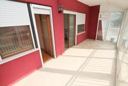Терраса. Продается 2-х этажный дом в Тивате. 120м2, участок 310м2, 3 спальни, парковочное место, большая терраса, цена - 187'000 Евро. в Тивате