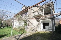 Фасад дома. Продается 2-х этажный дом 300м2 с большим участком 2440м2 в Тивате, Доня Ластва. 6 спален, 4 ванные комнаты, 20 метров до моря, цена - 2 500'000 Евро. в Доня Ластве