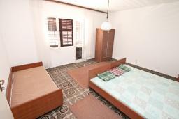 Спальня. Продается 2-х этажный дом 300м2 с большим участком 2440м2 в Тивате, Доня Ластва. 6 спален, 4 ванные комнаты, 20 метров до моря, цена - 2 500'000 Евро. в Доня Ластве