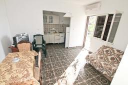 Гостиная. Продается 2-х этажный дом 300м2 с большим участком 2440м2 в Тивате, Доня Ластва. 6 спален, 4 ванные комнаты, 20 метров до моря, цена - 2 500'000 Евро. в Доня Ластве