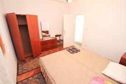 Спальня 2. Продается 2-х этажный дом 300м2 с большим участком 2440м2 в Тивате, Доня Ластва. 6 спален, 4 ванные комнаты, 20 метров до моря, цена - 2 500'000 Евро. в Доня Ластве
