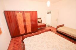Спальня 3. Продается 2-х этажный дом 300м2 с большим участком 2440м2 в Тивате, Доня Ластва. 6 спален, 4 ванные комнаты, 20 метров до моря, цена - 2 500'000 Евро. в Доня Ластве