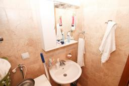 Ванная комната. Продается квартира-студия в Дженовичи. 71м2, большая терраса, на первом этаже, 40 метров до моря, цена - 150'000 Евро. в Дженовичи