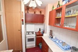 Кухня. Продается квартира в Биела. 61м2, гостиная с кухней, 2 спальни, 2 балкона, 50 метров дом моря, цена - 75'000 Евро в Биеле