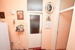 Коридор. Продается квартира в Биела. 61м2, гостиная с кухней, 2 спальни, 2 балкона, 50 метров дом моря, цена - 75'000 Евро в Биеле