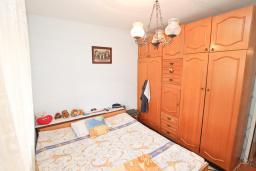 Спальня. Продается квартира в Биела. 61м2, гостиная с кухней, 2 спальни, 2 балкона, 50 метров дом моря, цена - 75'000 Евро в Биеле