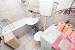 Ванная комната. Продается квартира в Игало. 45м2, гостиная, 1 спальня, балкон с видом на море, 20 метров до пляжа, цена - 110'000 Евро. в Игало