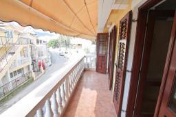 Балкон. Продается квартира в Игало. 45м2, гостиная, 1 спальня, балкон с видом на море, 20 метров до пляжа, цена - 110'000 Евро. в Игало