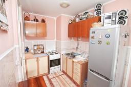 Кухня. Продается квартира в Дженовичи. 44м2, гостиная, 1 спальня, балкон, 150 метров до моря, цена - 75'000 Евро. в Дженовичи