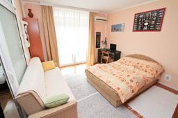 Спальня. Продается квартира в Дженовичи. 44м2, гостиная, 1 спальня, балкон, 150 метров до моря, цена - 75'000 Евро. в Дженовичи
