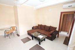 Гостиная. Продается квартира в Игало. 46м2, гостиная, 1 спальня, балкон с видом на море, 300 метров до моря, цена - 92'000 Евро.  в Игало