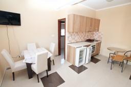 Кухня. Продается квартира в Игало. 46м2, гостиная, 1 спальня, балкон с видом на море, 300 метров до моря, цена - 92'000 Евро.  в Игало
