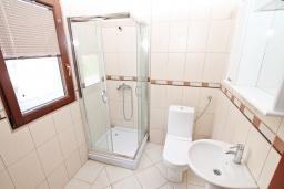 Ванная комната. Продается квартира в Игало. 46м2, гостиная, 1 спальня, балкон с видом на море, 300 метров до моря, цена - 92'000 Евро.  в Игало