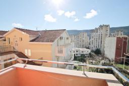 Балкон. Продается квартира в Игало. 46м2, гостиная, 1 спальня, балкон с видом на море, 300 метров до моря, цена - 92'000 Евро.  в Игало