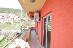 Вход. Продается квартира в Игало. 46м2, гостиная, 1 спальня, балкон с видом на море, 300 метров до моря, цена - 92'000 Евро.  в Игало