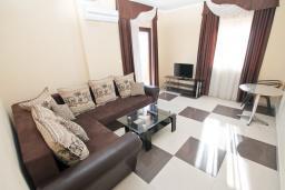 Гостиная. Продается квартира в Игало. 71м2, гостиная, 3 спальня, большой балкон с шикарным видом на море, 300 метров до моря, цена - 142'000 Евро.  в Игало