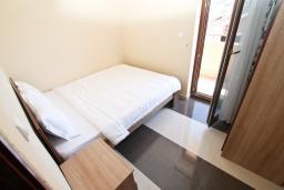 Спальня 2. Продается квартира в Игало. 71м2, гостиная, 3 спальня, большой балкон с шикарным видом на море, 300 метров до моря, цена - 142'000 Евро.  в Игало