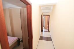 Коридор. Продается квартира в Игало. 71м2, гостиная, 3 спальня, большой балкон с шикарным видом на море, 300 метров до моря, цена - 142'000 Евро.  в Игало