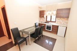 Кухня. Продается квартира в Игало. 71м2, гостиная, 3 спальня, большой балкон с шикарным видом на море, 300 метров до моря, цена - 142'000 Евро.  в Игало