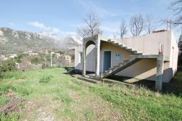 Фасад дома. Продается недостроенный дом в Герцег-Нови, Поди. 100м2, 470м2 участок, завершены грубые работы, гостиная, 2 спальни, цена - 70'000 Евро. в Герцег Нови