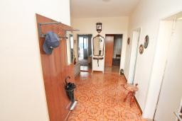 Коридор. Продается 2-х этажный дом 127м2, с участком 300м2, в Герцег-Нови, Савина. 2 гостиные, 3 спальни, 2 ванные комнаты, балкон и терраса, 70 метров до моря, цена -   300'000 Евро. в Герцег Нови