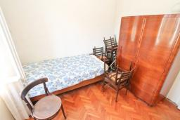 Спальня. Продается 2-х этажный дом 127м2, с участком 300м2, в Герцег-Нови, Савина. 2 гостиные, 3 спальни, 2 ванные комнаты, балкон и терраса, 70 метров до моря, цена -   300'000 Евро. в Герцег Нови