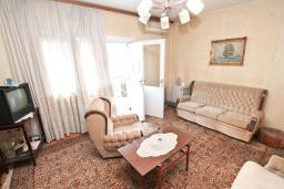 Гостиная. Продается 2-х этажный дом 127м2, с участком 300м2, в Герцег-Нови, Савина. 2 гостиные, 3 спальни, 2 ванные комнаты, балкон и терраса, 70 метров до моря, цена -   300'000 Евро. в Герцег Нови