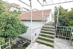 Территория. Продается 2-х этажный дом 100м2, с участком 459м2, в Зеленике. Гостиная, 3 спальни, летняя кухня, гараж, большая терраса, 250 метров до моря, цена - 200'000 Евро. в Зеленике