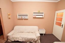 Гостиная. Продается 2-х этажный дом 100м2, с участком 459м2, в Зеленике. Гостиная, 3 спальни, летняя кухня, гараж, большая терраса, 250 метров до моря, цена - 200'000 Евро. в Зеленике