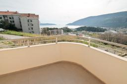 Вид на море. Продается квартира в Игало, Гомила. 48м2, гостиная, 1 спальня, балкон с видом на море, 700 метров до моря, цена - 72'000 Евро. в Игало