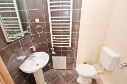 Ванная комната. Продается квартира в Игало, Гомила. 48м2, гостиная, 1 спальня, балкон с видом на море, 700 метров до моря, цена - 72'000 Евро. в Игало