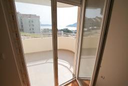 Балкон. Продается квартира в Игало, Гомила. 48м2, гостиная, 1 спальня, балкон с видом на море, 700 метров до моря, цена - 72'000 Евро. в Игало