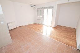Гостиная. Продается квартира в Игало, Гомила. 52м2, гостиная, 1 спальня, балкон с видом на море, 700 метров до моря, цена - 78'000 Евро. в Игало