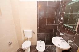Ванная комната. Продается квартира в Игало, Гомила. 52м2, гостиная, 1 спальня, балкон с видом на море, 700 метров до моря, цена - 78'000 Евро. в Игало