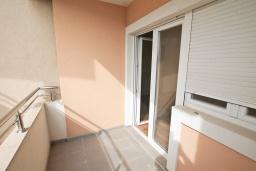 Балкон. Продается квартира в Игало, Гомила. 52м2, гостиная, 1 спальня, балкон с видом на море, 700 метров до моря, цена - 78'000 Евро. в Игало