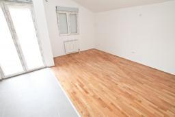 Гостиная. Продается квартира в Игало, Гомила. 46м2, гостиная, 1 спальня, балкон, 700 метров до моря, цена - 64'400 Евро. в Игало