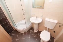 Ванная комната. Продается квартира в Игало, Гомила. 46м2, гостиная, 1 спальня, балкон, 700 метров до моря, цена - 64'400 Евро. в Игало