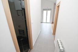 Коридор. Продается квартира в Игало, Гомила. 46м2, гостиная, 1 спальня, балкон, 700 метров до моря, цена - 64'400 Евро. в Игало