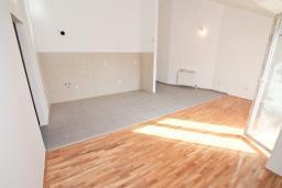 Гостиная. Продается квартира в Игало, Гомила. 56м2, гостиная, 1 спальня, балкон с видом на море, 700 метров до моря, цена - 89'600 Евро. в Игало