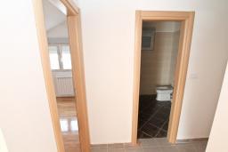 Коридор. Продается квартира в Игало, Гомила. 56м2, гостиная, 1 спальня, балкон с видом на море, 700 метров до моря, цена - 89'600 Евро. в Игало