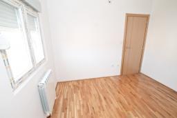 Спальня. Продается квартира в Игало, Гомила. 56м2, гостиная, 1 спальня, балкон с видом на море, 700 метров до моря, цена - 89'600 Евро. в Игало