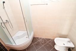 Ванная комната. Продается квартира в Игало, Гомила. 56м2, гостиная, 1 спальня, балкон с видом на море, 700 метров до моря, цена - 89'600 Евро. в Игало