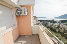 Балкон. Продается квартира в Игало, Гомила. 56м2, гостиная, 1 спальня, балкон с видом на море, 700 метров до моря, цена - 89'600 Евро. в Игало