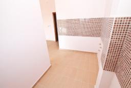 Кухня. Продается квартира в Биела. 58м2, гостиная, 1 спальня, терраса с видом на море, 100 метров до пляжа, цена - 87'000 Евро. в Биеле