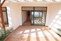 Терраса. Продается двухуровневая квартира в Биела. 103м2, гостиная, 2 спальня, терраса и балкон с шикарным видом на море, 100 метров до пляжа, цена - 154'500 Евро. в Биеле