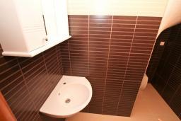 Ванная комната. Продается двухуровневая квартира в Биела. 103м2, гостиная, 2 спальня, терраса и балкон с шикарным видом на море, 100 метров до пляжа, цена - 154'500 Евро. в Биеле