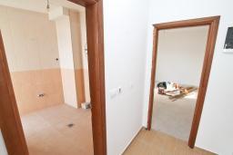 Коридор. Продается квартира в Биела. 78м2, гостиная, 1 спальня, балкон с шикарным видом на море, 100 метров до пляжа, цена - 124'800 Евро. в Биеле