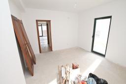 Спальня. Продается квартира в Биела. 78м2, гостиная, 1 спальня, балкон с шикарным видом на море, 100 метров до пляжа, цена - 124'800 Евро. в Биеле